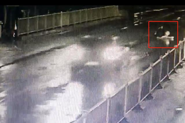 巧了!重庆一酒驾司机撞上横卧马路的醉酒男女(图)