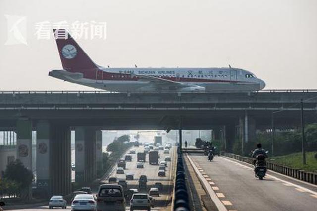 """桥上开飞机桥下通汽车 成都一下穿桥成""""网红""""(图)"""