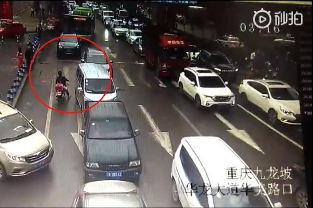 惊险!重庆一电动车误入大货车盲区 瞬间被卷入车底
