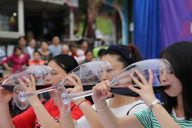 重庆一景区举行酒王争霸赛 男女同台豪饮红酒(图)