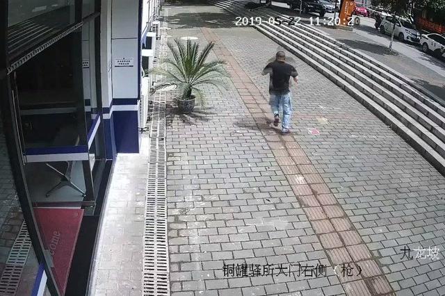 逃犯开证明被识破后撒腿就跑 遇到天天跑万米的蜀黍