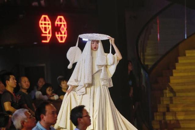 重庆高校上演时装秀 西南民族传统元素成亮点