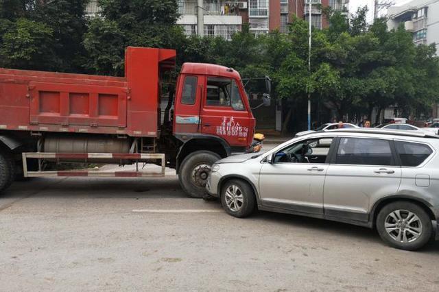 嫌货车装货噪音大 重庆男子狂训不解气驾车逆行拦截