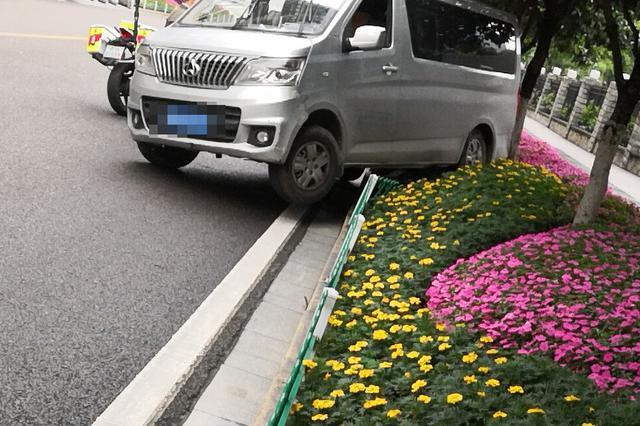 渝北一驾驶员停车不拉手刹 车辆后溜撞上花台