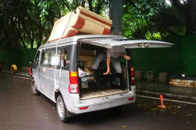车顶绑货后备箱塞人 面包车人货混装被罚款