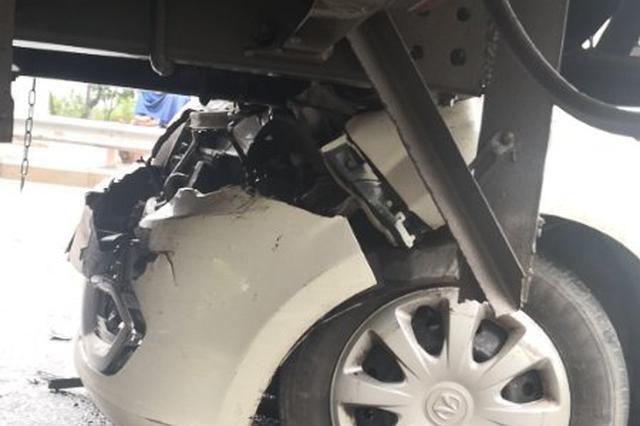 """男子酒驾开车""""钻""""进货车底 涉嫌危险驾驶罪被调查"""