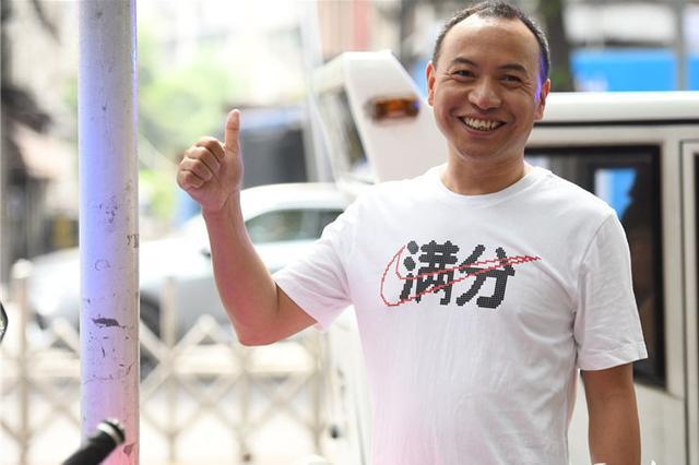 """重庆有186312名考生参加高考 家长穿""""满分""""T恤助阵"""