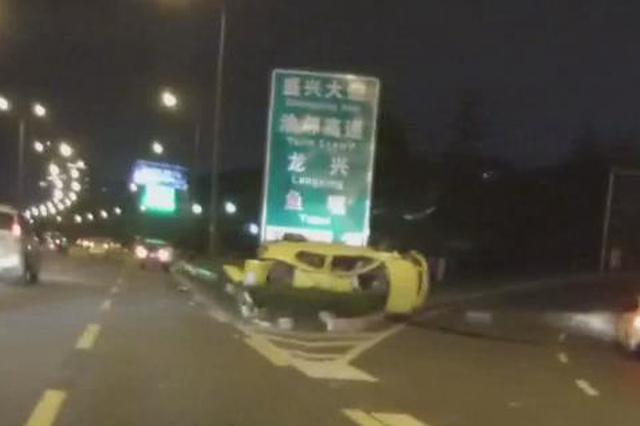 出租车高速侧翻司机被困 路过民警果断出手救援