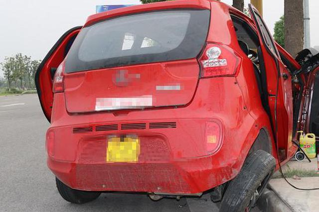 中年男子执意买车代步 上路第一天就车毁人伤