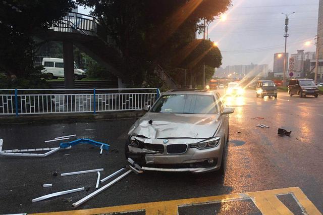 重庆一男子疲劳驾车 闭眼瞬间撞上护栏损失近10万元