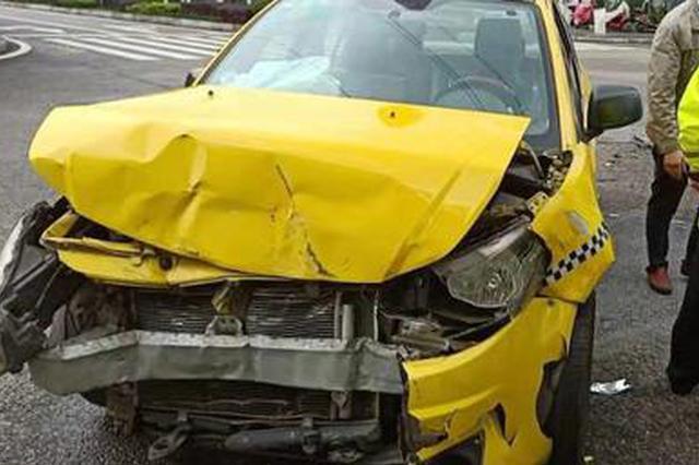 新手司机路口抢行 造成两车损毁的姐受伤