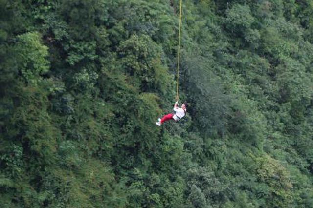 """勇敢者挑战重庆300米高空荡绳 跳完""""还想来一次"""""""
