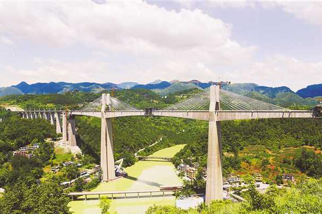 国内第一高跨铁路桥阿蓬江大桥合龙 主跨达240米