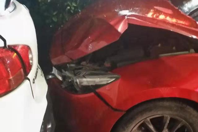 重庆男子雨天驾车心慌慌 错把油门当刹车致三车相撞