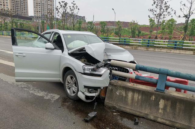 男子驾车时想事心走神 车撞护栏险丧命