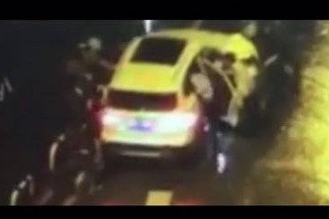 醉驾者在车中熟睡 危急时刻民警砸烂车窗停住车辆