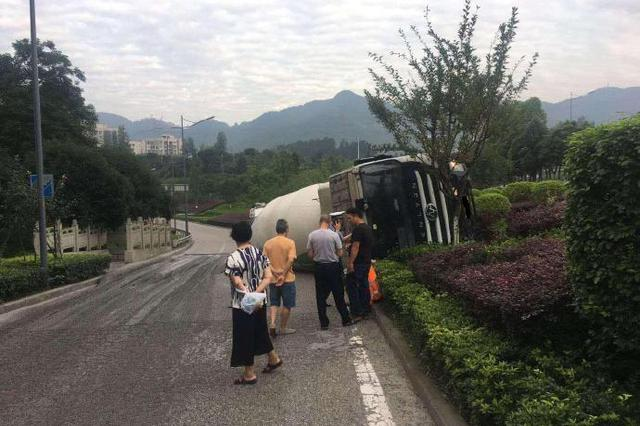 重庆一水泥罐车高速路匝道口翻车 驾驶员说:太累了