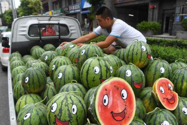 卖瓜卖出表情包?重庆街头一商贩贴笑脸卖西瓜(图)
