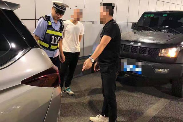 重庆:嫌前车速度慢 男子隧道内强行变道超车撞上了