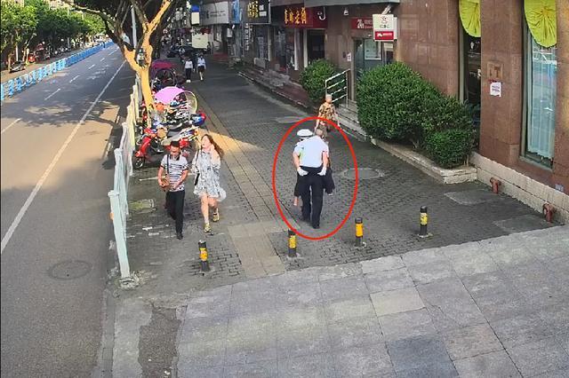 暖!蹒跚老人过马路 重庆一辅警将他扛上背背回家