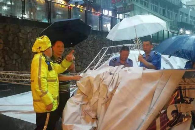 重庆主城遭遇暴雨 强风吹倒大型广告牌砸中4辆车
