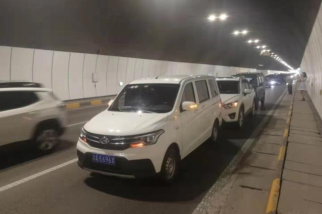 双碑隧道往大学城方向发生交通事故 请司机有序通行