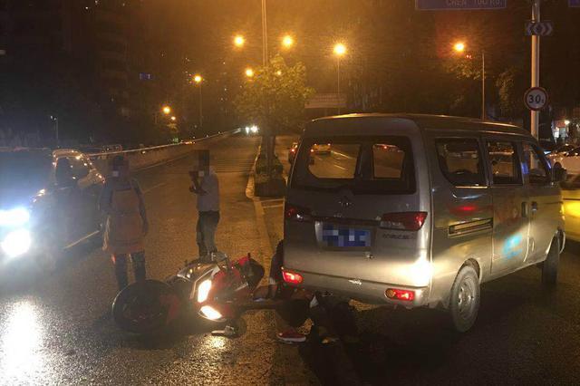 闸道违法掉头撞倒直行摩托车 这类违法行为你还在犯吗