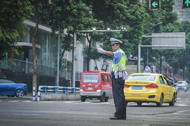 """重庆""""网红""""交巡警的最后一班岗 网友专程去送鲜花"""