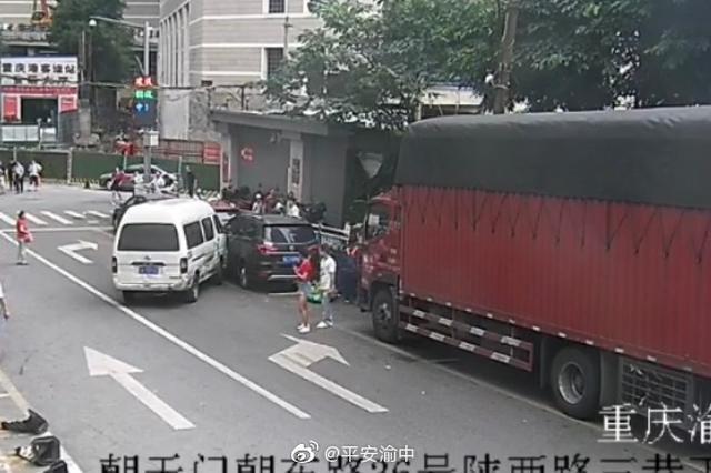 重庆:车一启动就开始走 男子着急忙慌操作连撞多车