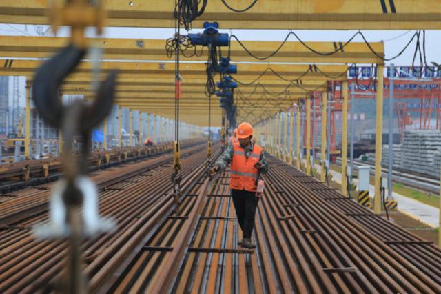 黔张常铁路重庆段双线人工铺轨全部完工