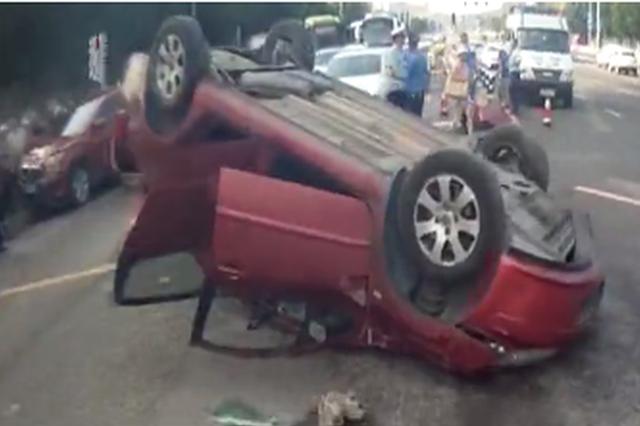 """重庆:男子驾车为""""抢绿灯""""致4车相撞 受损严重"""