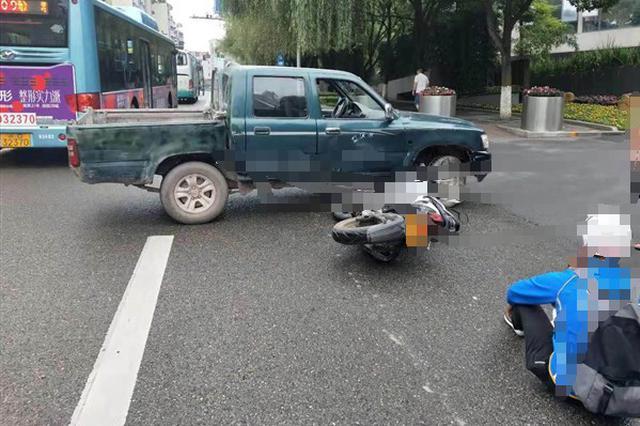 男子开车耍手机分神 撞上直行摩托车致人受伤