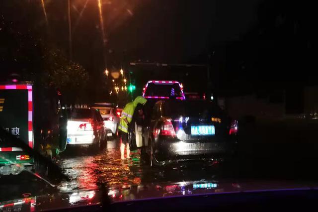 帅呆了!突降暴雨车辆积水中罢工 民警光脚上阵排堵