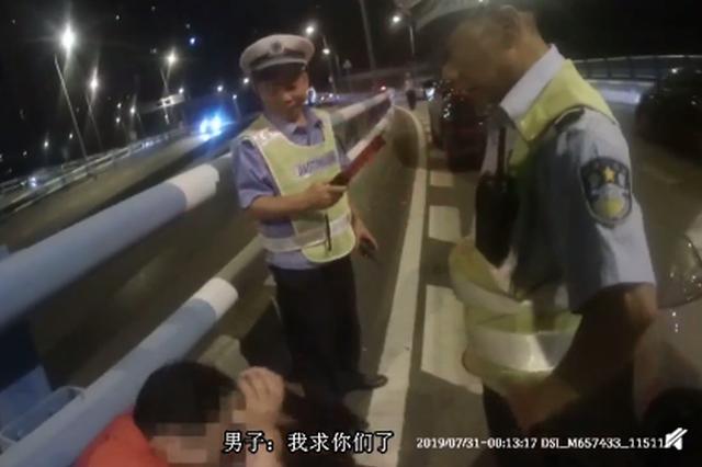这是真的醉了!驾驶员酒驾被查转身向民警撒娇求饶