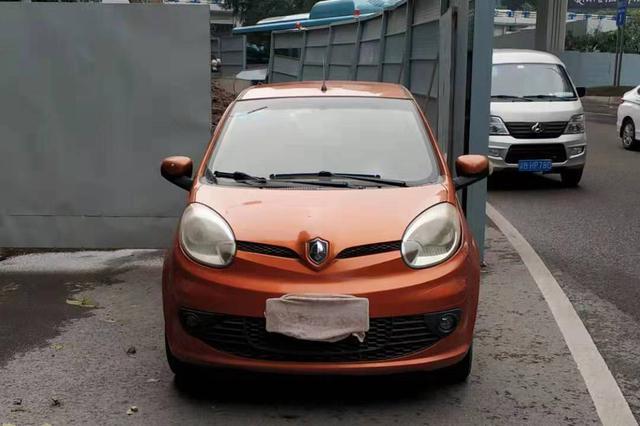 重庆一司机违停用布挡号牌 民警:我正在看着你!