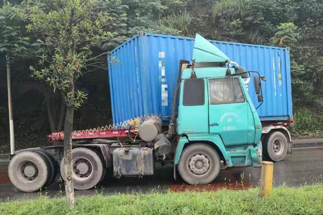货车超载失控出事故 货车:发起狠来自己都撞