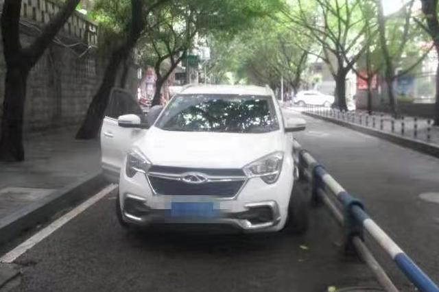 男子开车吐口痰 一不注意撞上隔离桩