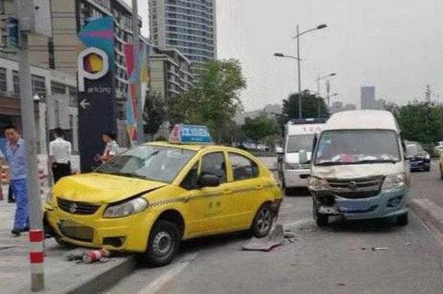 出租车路口停车下客 面包车预判失误一头撞上