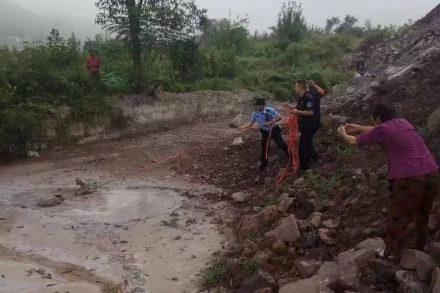 重庆:70多岁老人深陷泥沼中 警民合力将其救出
