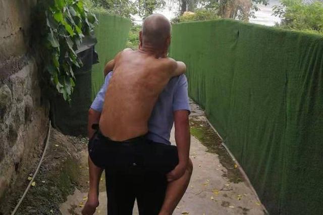 六旬老人离家走失 民警苦寻三小时背其回家