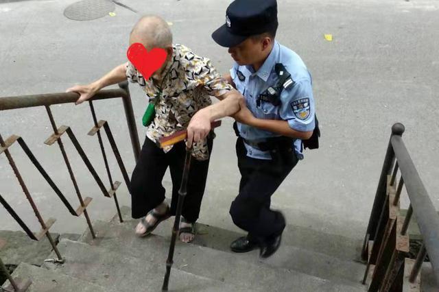 八旬老人走失街头 重庆暖心警察助其回家