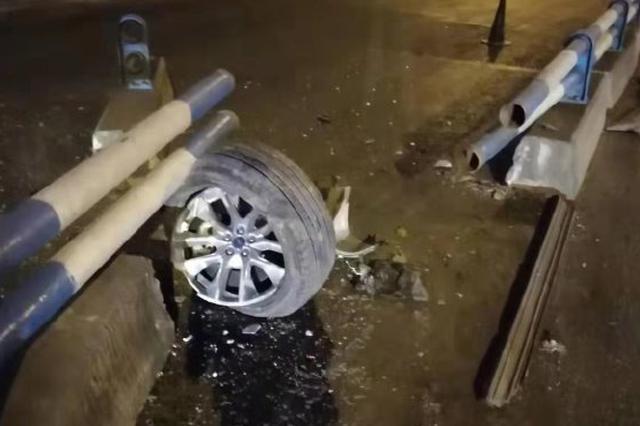 男子开车接打手机 车撞到中心隔离护栏轮胎飞了
