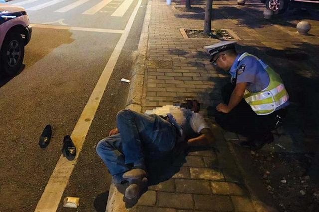 醉酒男子倒在马路边不省人事 身边车流穿梭险象环生