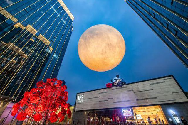 """""""超级月亮""""现身重庆:直径5米 市民伸手可揽月"""