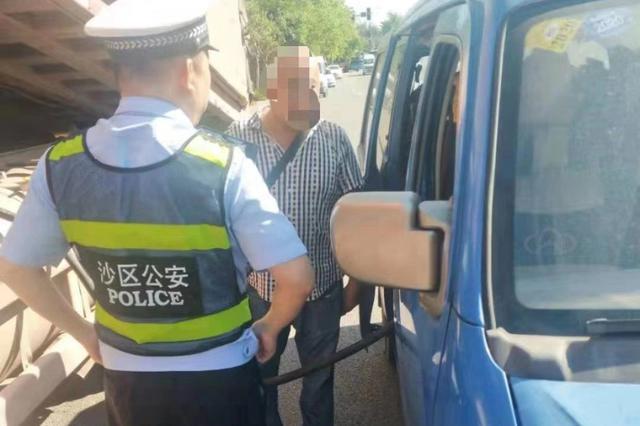 重庆一男子非法经营运输柴油被民警当场查获(图)
