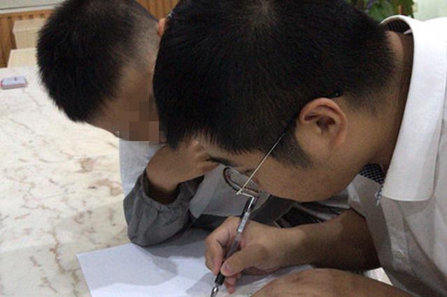 男孩与母亲争吵离家出走 民警帮助辅导家庭作业