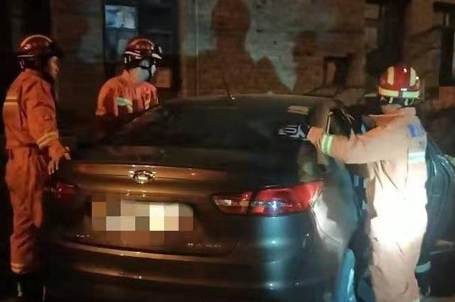 重庆一新手司机驶入狭窄道路 避车时把油门当刹车踩