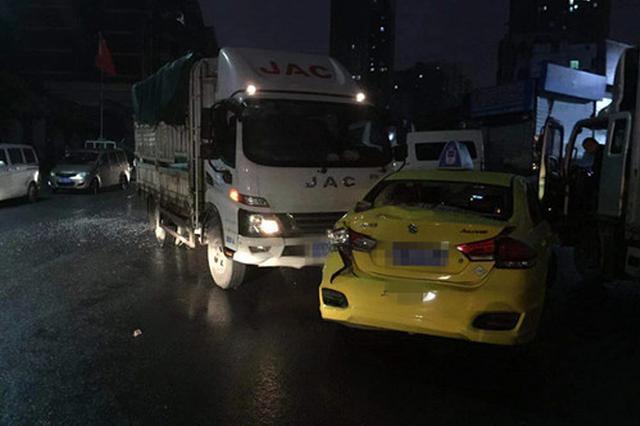 惊险!货车刹车失灵撞上出租车 推行十余米才停下来
