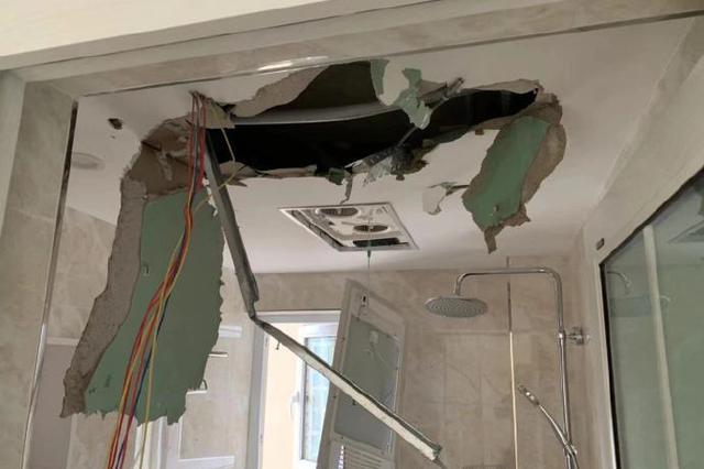 什么仇什么怨?装修工人用撬棍怒砸客户新房被行拘