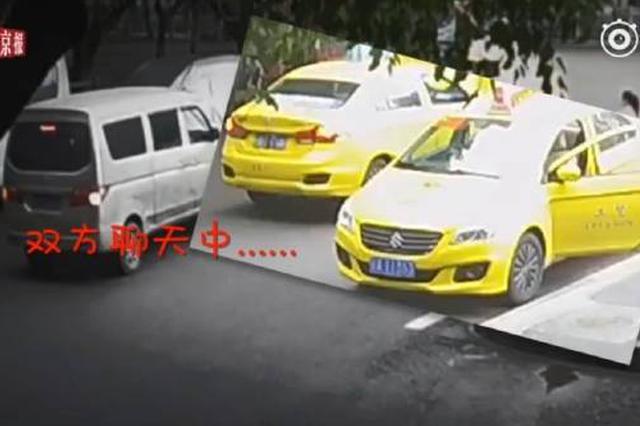 重庆俩出租车停马路中间聊天 后车被堵怒坐引擎盖上